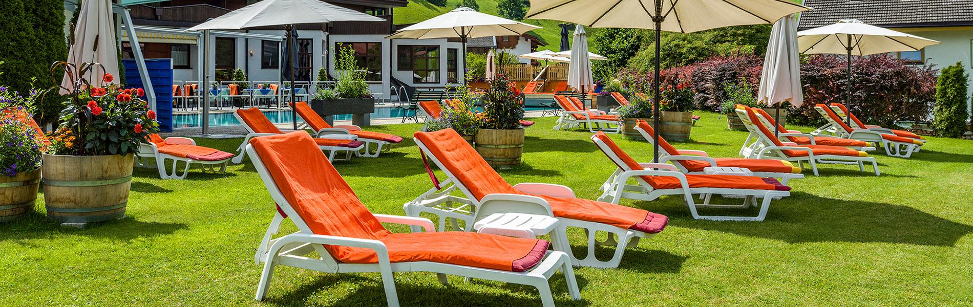 Happy Stubai Hotel Neustift Tirol Stubaier Gletscher Österreich Hostel Pool mit Liegewiese